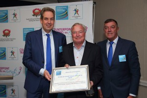 Gert Dijkstra presents the World Korfball Award for best event to the KNKV (NED)